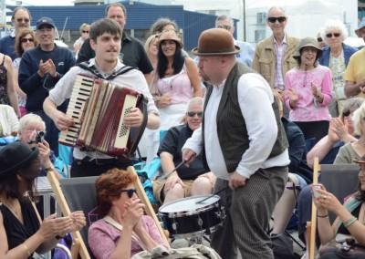 Model Folk play the crowd